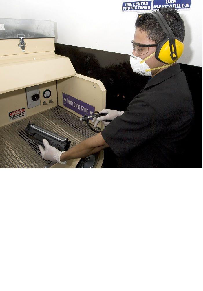Limpieza de componentes de los cartuchos de tóner con aire desionizado en cámaras especiales manteniendo estándares de protección medio-ambientales.