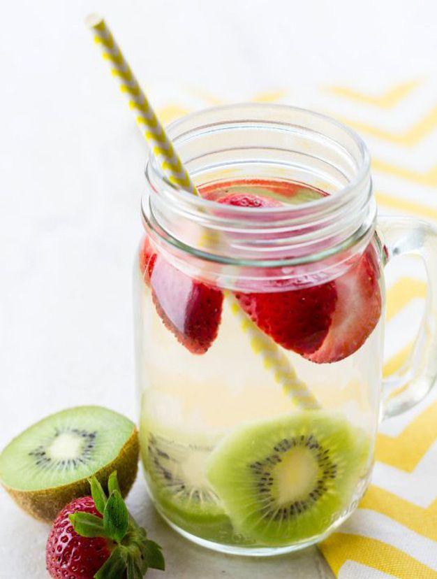 Idées de recettes d'eaux detox :  Water detox kiwis fraises ! #Eau #Detox #Boisson #Fruits