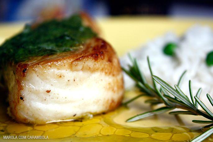 Uma excelente e fácil receita de Badejo grelhado com manteiga de ervas e arroz basmati. Fácil de fazer.