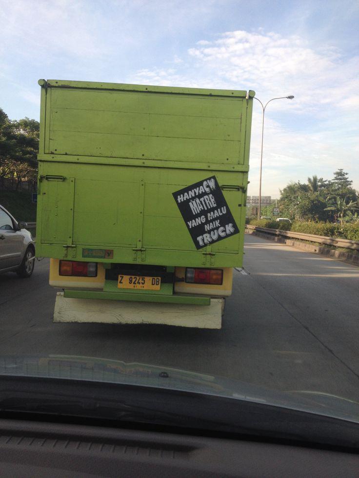 Sepertinya sopir truknya jomblo ngenes...