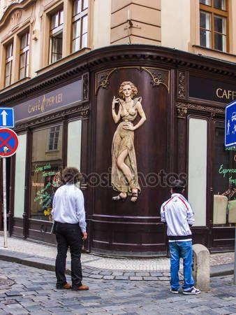 Скачать - Прага, Чешская Республика. типичный городской вид. туристы, посещая достопримечательности — стоковое изображение #47989073