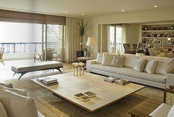 Sala de estar com mesa de centro grande em madeira sala for Sala de estar segundo piso