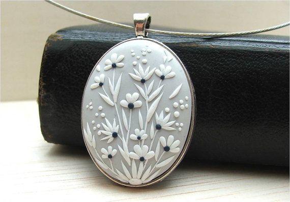 Bigiotteria floreale, collana floreale, fimo, gioielli, grigio e bianco collana, pendente di Clay, fatta per ordine