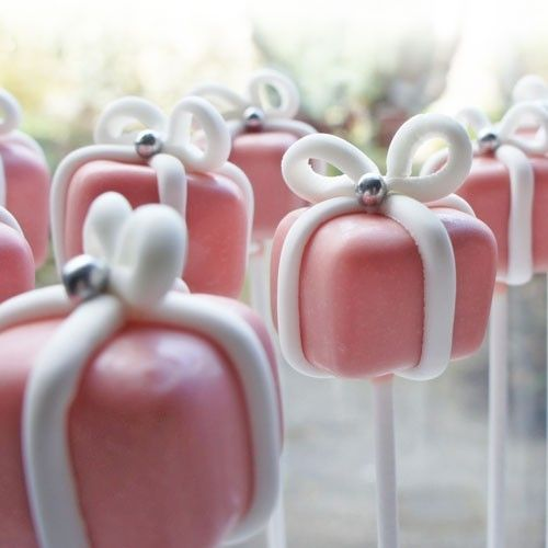 Surprise someone with a lovely set of gift pops! Cake pops or cake balls on a stick are perfect to share. But also ideal for kids. There are easily made with the FunCakes mix for cupcakes and Wilton Candy Melts pink.