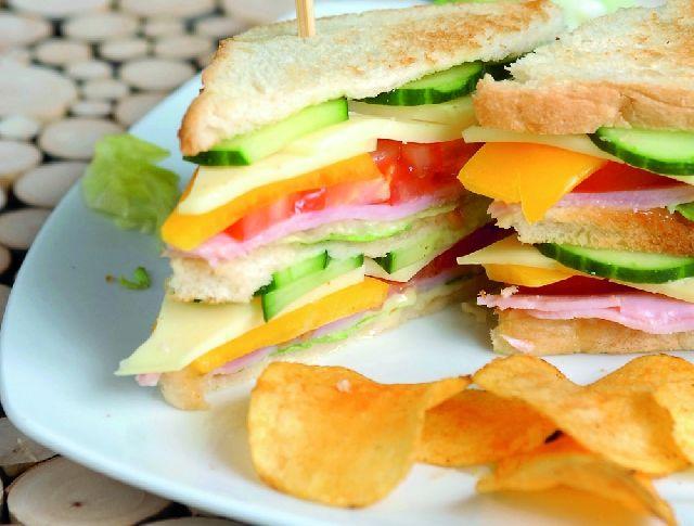 A szendvics az örök jolly joker, ha tízórairól és uzsonnáról van szó, ugyanis bárki, bárhol, bármikor el tudja készíteni, könnyen csomagolható, és tökéletesen elfér egy hátizsákban, aktatáskában vagy kézitáskában. Mutatunk is 7 szuper receptet, nehogy éhen maradjatok napközben!