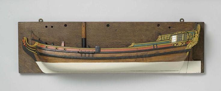 Anonymous | Halfmodel van een admiraliteitsjacht, Anonymous, 1730 - 1795 | Geheel versierd en gepolychromeerd blokmodel (bakboord) van een eenmast platbodem jacht. Eén dek met kajuit achter. Vier ronde poorten in het voorschip. Klimmende leeuw als schegbeeld, dolfijn op de boeg. Platte spiegel met één poort, hol wulf met lofwerk, hek met putti, trofeeën en een wapenschild met leeuw met zwaard en pijlenbundel; zittende vrouw met lans en schild als hoekfiguur, zijgalerij met drie ramen en…