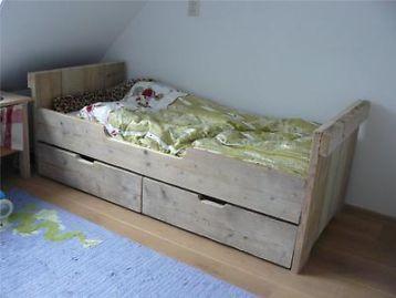 Stoer kinderbed van steigerhout met handige lades nu 179 eur: http://link.marktplaats.nl/m923621955