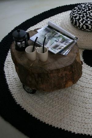 Tafel maken van een boomstam. Grote wielen er onder en klaar is de stoere. Bijzet tafel