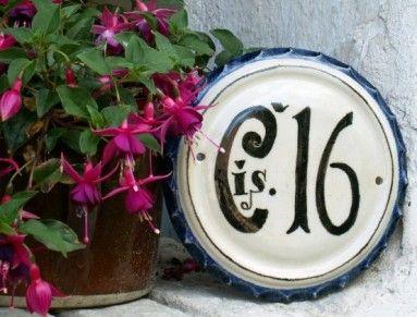 Replika keramického malovaného domovního čísla. Vhodný vánoční dárek pro chalupáře či manžela. Plastický kruh s dekorem v podobě zkosení po obvodu má průměr 26 cm. Číslice a text jsou černé, okraj je malovaný kobaltem - tradiční technikou. Podkladová barva tabulky je přírodně bílá. Provedení textu a číslic je ale možné změnit podle přání, barevnost cedulky si můžete zvolit podle barevného vzorníku. Číslo je vyrobeno z kameninové hlíny a páleno na 1200°C, takže je vysoce odolné povětrnostním…