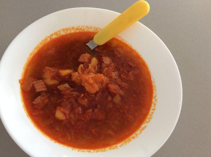 Polévka z uzeného masa, brambor, kysaného zelí, cibule, mleté sladké papriky a bobkového listu