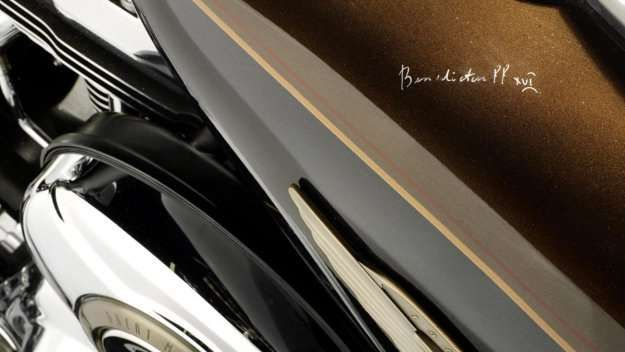Harley-Davidson del Papa Benedicto XVI.    El Papa Benedicto XVI firmó sobre el depósito de su Harley-Davidson.