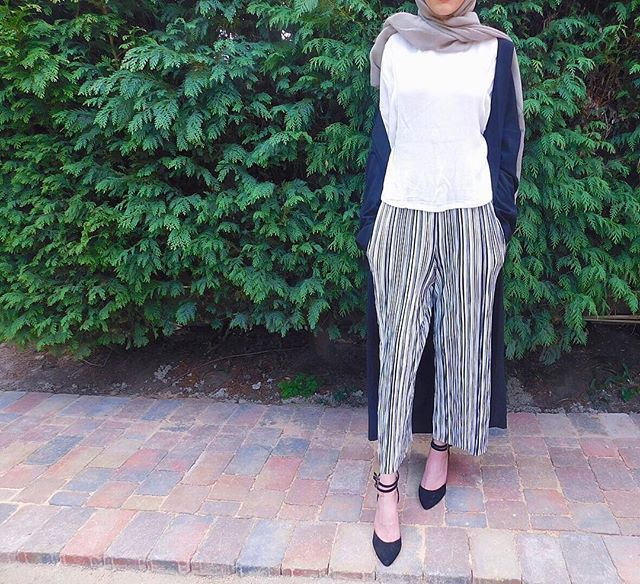 Pinterest: eighthhorcruxx. Wide trousers, white tee, heels and cardigan look.