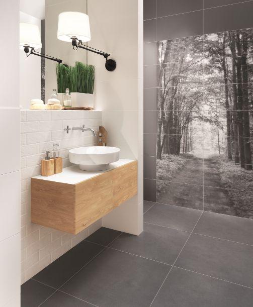 Trochę drewna ociepli każde wnętrze. A zamiast fototapety - mozaika przedstawiająca las. Fot. Tubądzin (kolekcja All in white)