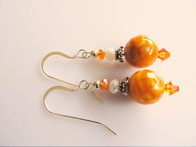 Oorbellen White Orange agaat facet oranje-wit met swarovski kristal kraaltje en kristalglas facet rondellen. geheel zilver.