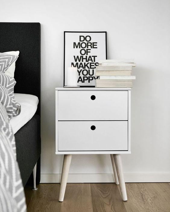 szafka przy łóżku