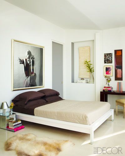 In this master bedroom a jerry schatzberg photograph of for Elle decor beds