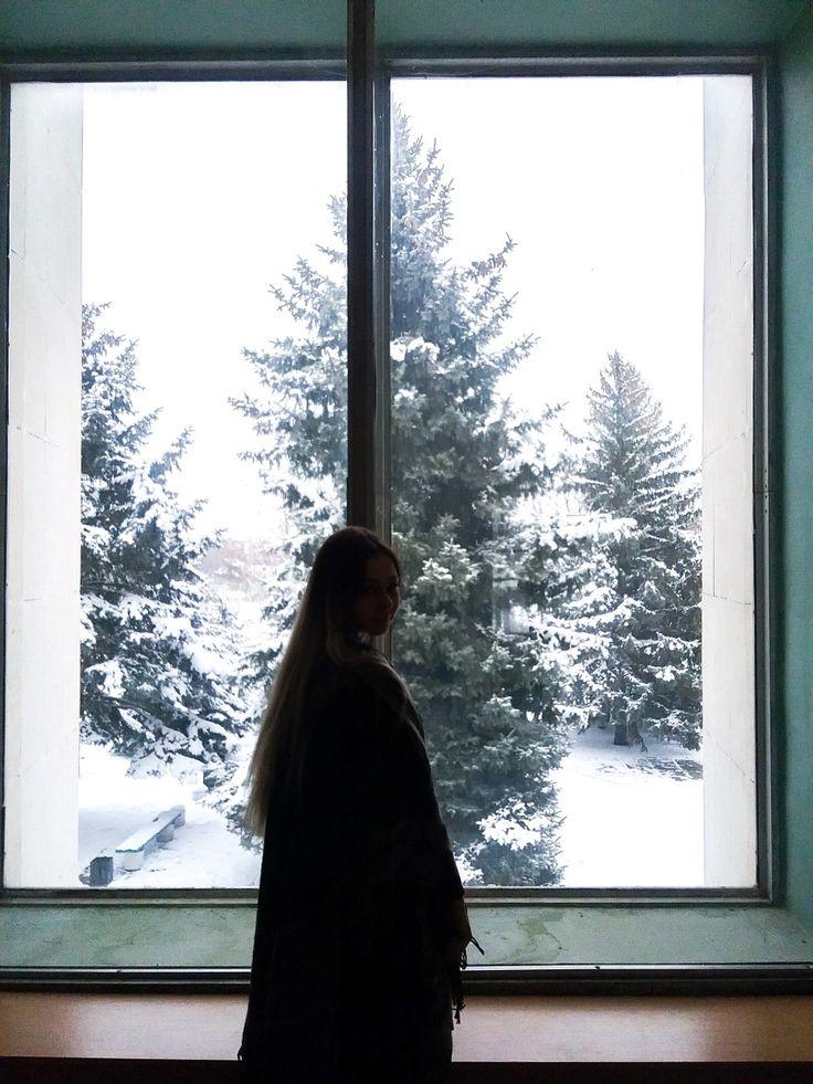 Картинка зима девушка у окна