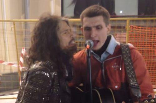 Фронтмен рок-группы Aerosmith Стивен Тайлер спел с уличным музыкантом (+видео)