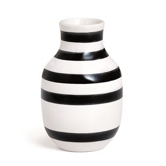 The stylish Omaggio vase comes from the Danish brand Kähler and is designed by Ditte Reckweg and Jelena Schou Nordentoft.