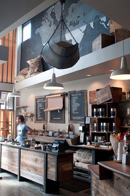 Recycelte Materialien, liebevolle Details und handgeschriebene Angebote. Da würden wir jetzt auch gerne Kaffee holen.