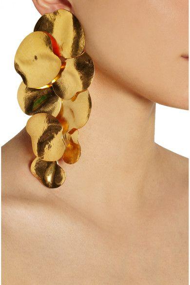 sleek pony tail & minimal wardrobe look. An eye-dropping accessory/earrings // HERVÉ VAN DER STRAETEN Hammered gold-plated clip earrings