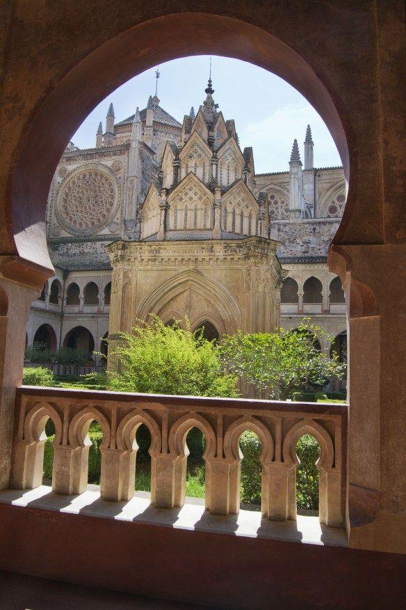 El Claustro Mudéjar del Monasterio de Guadalupe es una preciosidad. Este templete central y los arcos de herradura forman el conjunto más emblemático de este estilo en Extremadura. Foto pineada de descubreiberia.wordpress.com