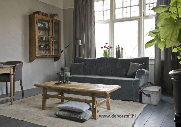 woonkamer landelijke stijl met kalkverf van Pure and Original, verlichting van TierlanTijn Lighting en een sofa van Hoffz via De Potstal