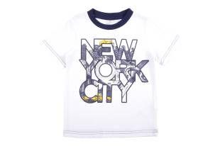 Camiseta para niño en color blanco y con mangas cortas. Al frente estampado alegórico a NY.