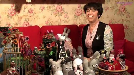 Ce joli doudou en forme de lapin est en fait cousu dans une simple chaussette. Olivia Lopez des ateliers Rrose Sélavy nous propose son pas à pas couture pour nous expliquer comment le réaliser à la main ou à l'aide d'une machine à coudre ! Un joli cadeau de naissance à faire soi-même...Retrouvez plus d'infos sur notre article « Vidéo : Réaliser un doudou chaussette » : http://www.marieclaireidees.com/,video-realiser-un-doudou-chaussette,2610323,81466.asp
