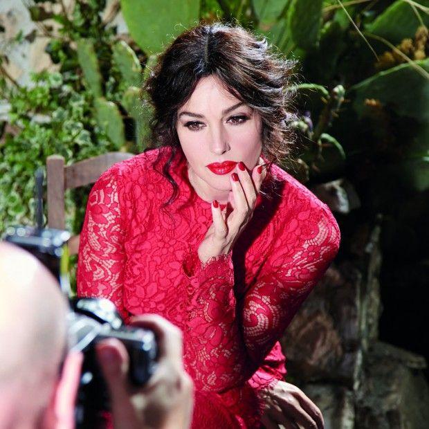 Exclu vidéo : Plus qu'une égérie, Monica Bellucci est une amie des créateurs Dolce & Gabbana pour qui elle prend la pose régulièrement dans les campagnes mode et beauté > http://www.elle.fr/Beaute/News-beaute/Beaute-des-stars/Exclu-video-Monica-Bellucci-shootee-par-Domenico-Dolce-2684647