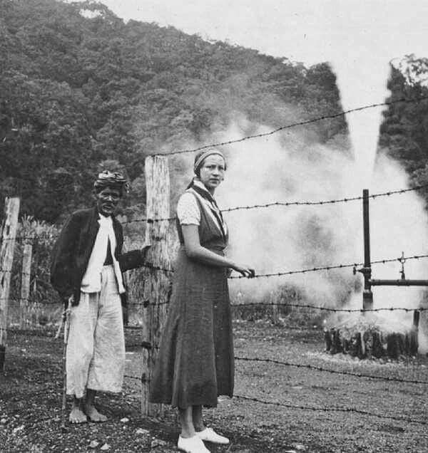 Europese vrouw met inheemse gids, vermoedelijk bij zwaveldamp in de omgeving van de Kamodjang bij Garoet 1930