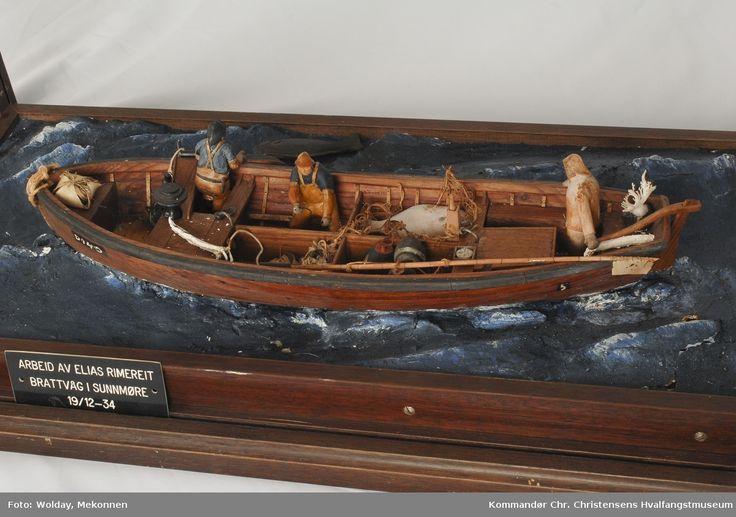 """Modell av fartøy, åpen båt til kveitefiske, dory, montert i """"sjø"""". Modellens monter er ikke inntakt."""