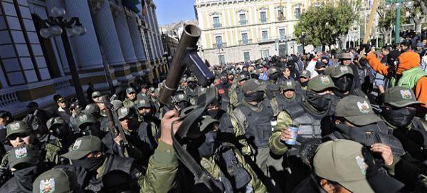 Miles de policías bolivianos de rangos bajos se enfrentaron hoy con partidarios del presidente Evo Morales, en el quinto día de un motín para reclamar mejores salarios y tras haber rechazado un acuerdo firmado la víspera por sus dirigentes con el Gobierno.