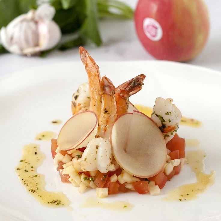 Scampi's en Pink Lady® en tomaten en basilicum lijken wel voor elkaar geboren. Wat een topcombi aan smaken! Een must-make recept.