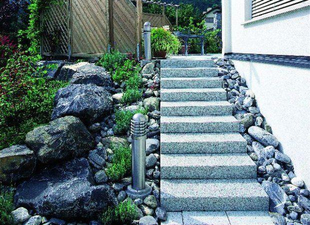 Zabawa formą - kanciaste schody zestawione z obłymi kamieniami. Widać to także dzięki lampom po zmroku