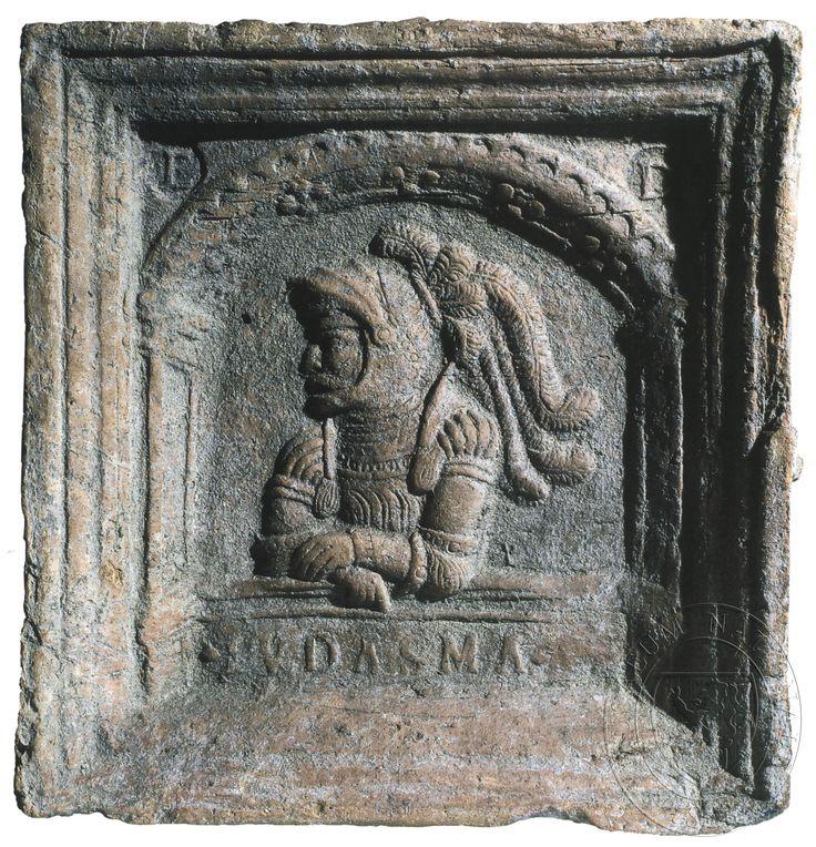 """Juda Makabejský, dole nápis: """"IUDASMA"""", ve cviklech iniciály """"F"""" a """"D""""."""