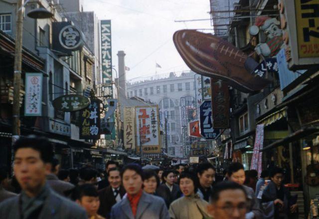 So many interesting signs!! Looks little noisy, but very energized. 繁華街の看板は非常に面白いものが多い。ごちゃとしてうるさくみえるが、活気にあふれている。