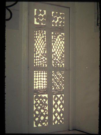 繊細なレースを思わせる透かし彫りの告解室のドア。 細かな所まで光と物体をデザインしているその様は、まさにマティスの絵画のよう。