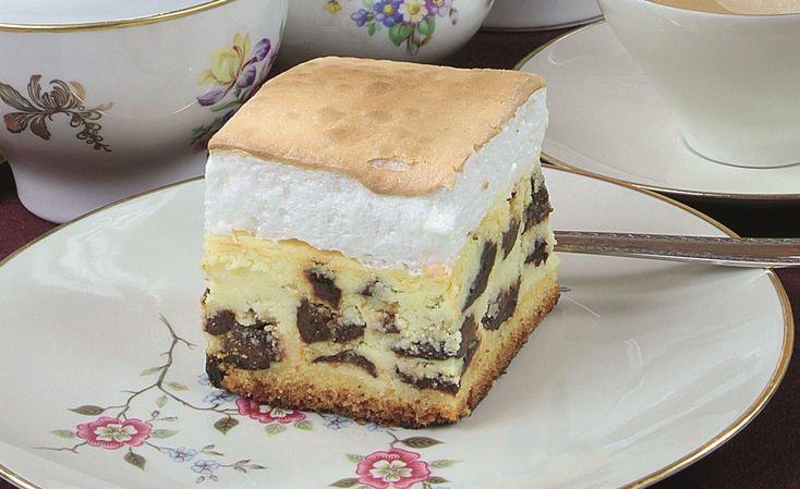 Margarynę utrzeć z cukrem, dodając stopniowo żółtka, następnie ser wymieszany z budyniem. Białka ubić na pianę, wmieszać delikatnie do sera, dodając pokrojone w ćwiartki suszone śliwki. Ciasto wylać do formy, na ciasto rozprowadzić masę serową.