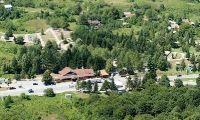 """Op slechts anderhalf uur rijden van Zagreb en8 kilometervan het Nationaal Park Plitvice bevindt zich het het betoverende landschap dat zich uitstrekt over 16 meren. Langs ons kamp loopt de hoofdweg naar Dalmatië (D-1), dat een van de belangrijkste schakels van Europa met de Adriatische Zee is. N 44°58'24"""" E 15°38'52""""      tel.: 00 385 47 784 192 fax: 00 385 47 784 189 E-mail: info@kamp-turist.hr  Address: Grabovac 102, 47245 Rakovica"""