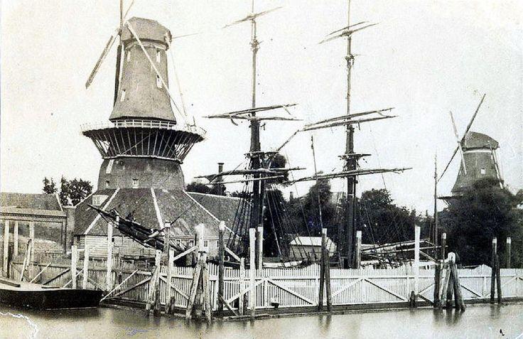 """Admiraliteitskade Rotterdam. oliemolen """"De Reus"""" met rechts """"De Bok"""", een houtzaagmolen."""