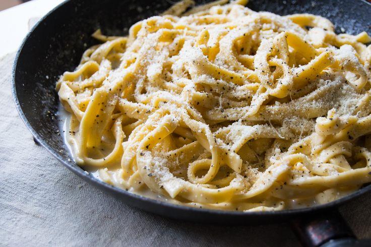 """De fiecare dată când doresc să fac ceva rapid și gustos îmi îndrept atenția spre bucătăria italiană. Au ei un anume vino-ncoa' culinar … bucate simple fără a fi simpliste. De data asta m-am apucat de """"Pasta cacio e pepe"""", un mod de a servi pastele tradițional din zona Romei, rețetă soră cu foarte renumita """"Pasta carbonara""""."""