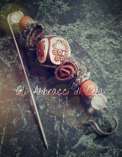 Spillone per sciarpe invernali, indumenti, accessori;le perle centrali sono lavorate in pasta polimerica, le altre in resina.Altri componenti in lana e argentone...da Gli Abbracci di Lela ^_^