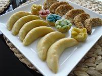 Das Gazellenhörnchen (kaab lghzal) ist eine marokkanische Spezialität. In Marokko sind diese Kekse recht teuer. Sie dürfen auf keiner Hochzeit und keinem Fest fehlen! Das Gazellenhörnchen ist eine besondere Form dieses Gebäcks. Zutaten: für den Teig:  250 g Mehl 1EL Butter 1EL Öl 1TL Honig 1/2 Ei 1 Prise Salz lauwarmes Wasser