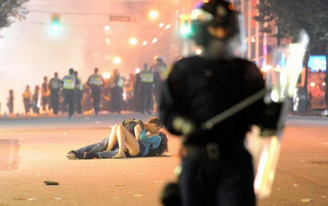 Foto a Fuoco - Le fotografie Più Importanti della Storia: RIOT KISS : IL BACIO DI VANCOUVER