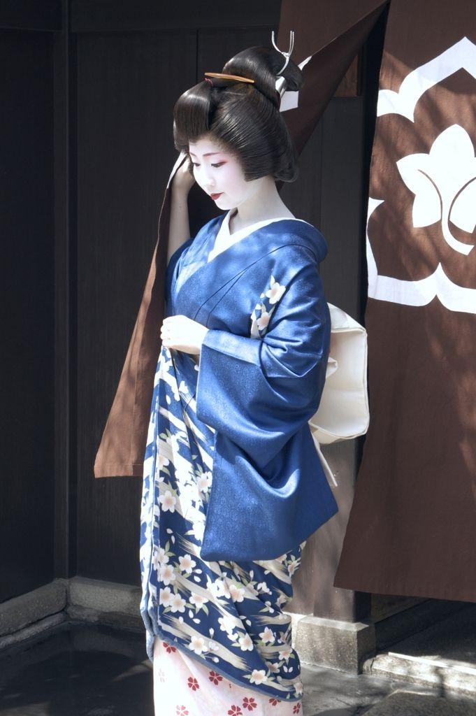 Geiko Sayaka. I've never seen a hikizuri (kimono maiko and geiko wear) quite like this! Interesting fabric.