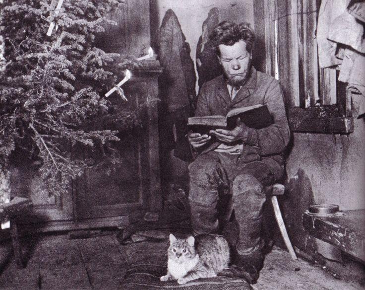 Mies ja kissa jouluna.