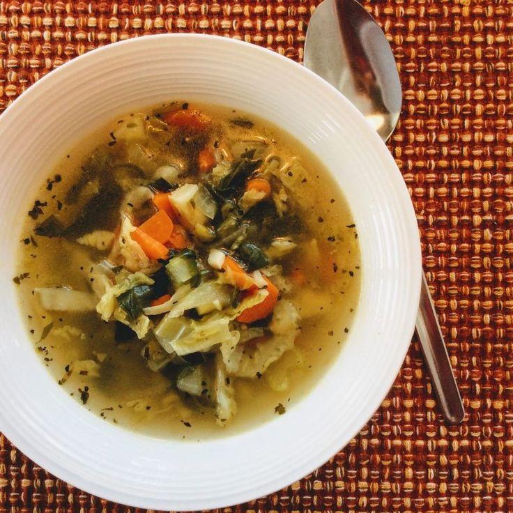 Soupe aux légumes et sa verdure  Une soupe toute simple qui se fait avec les essentielles qui traînent souvent dans le fond de notre tiroir à légumes. Si ce n'est pas le cas, ils le deviendront surement après avoir goûté à cette soupe réconfortante dans laquelle nous ajoutons un reste de verdure qui demande qu'à faire sa part dans nos petits bonheurs gastronomiques !