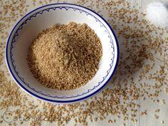 Il gomasio, cos'è e come prepararlo Semi di sesamo Sale tostare il sale e il sesamo in proporzione mediamente di 1:14 (1 cucchiaino di sale e 14 di sesamo). il minimo è 1:6 e il massimo 1:20. Tostare in padella o in forno i semi di sesamo e il sale.