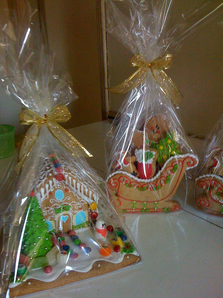 Casita de jengibre chica, con base de galleta y dulces de calidad , peso aprox. 1,4 kilos $ 15.000. Trineo con 5 galletitas $ 7.500